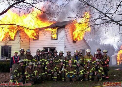 وقتی دیگه نمیشه کاریش کرد -آتش نشانان درحال گرفتن عکس یادگاری